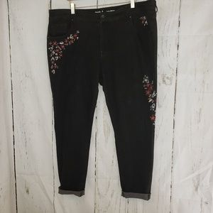 Mossimo curvy skinny black w/embroidered flowers